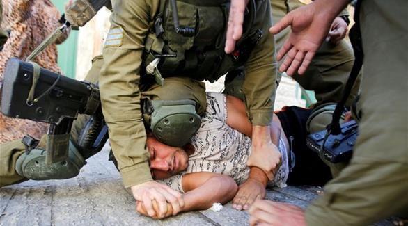 جيش العدو يعتدي على فلسطيني بوحشية.. ويحمّله الذنب !