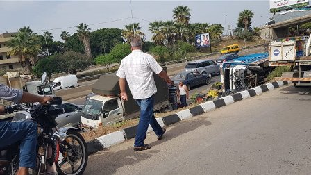 انقلاب شاحنة محملة بالخضار على طريق خلدة باتجاه بيروت