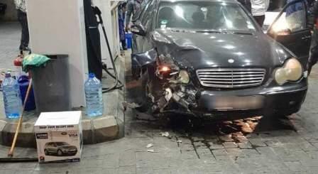 سيارة تجتاح محطة لبيع الوقود في صيدا ولا اصابات