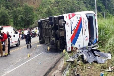 اثنا عشرة  قتيلا و23 جريحا في حادث انقلاب حافلة في الإكوادور