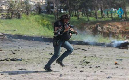 صور لصحافي منهار بعد انفجار حي الراشدين في حلب تشعل مواقع التواصل الاجتماعي!
