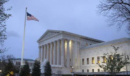 المحكمة العليا نقضت حكما ضد مرسوم ترامب بشأن الهجرة