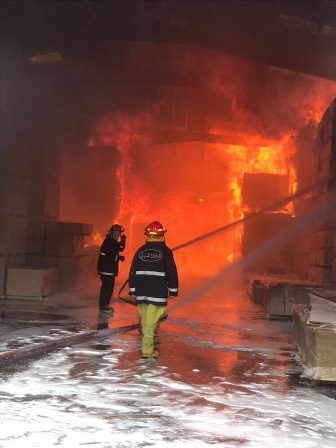 بالفيديو:حريق كبير في مستودعات للاخشاب في جبيل