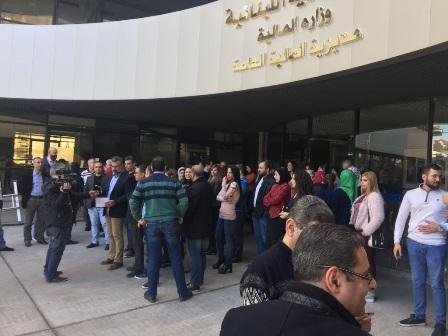 اعتصام لموظفي الادارة العامة امام مبنى t.v.a احتجاجا على قرار ترامب: لمواجهة عربية واسلامية بحجم هذه الخطوة