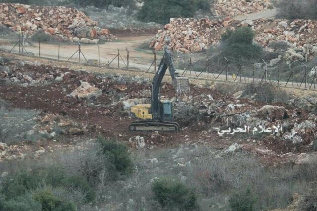 العدو الاسرائيلي يعيد تأهيل الطريق العسكري المحاذي للسياج على طول الخط التقني