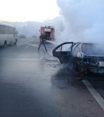 اخماد حريق في سيارة على طريق الرميلة