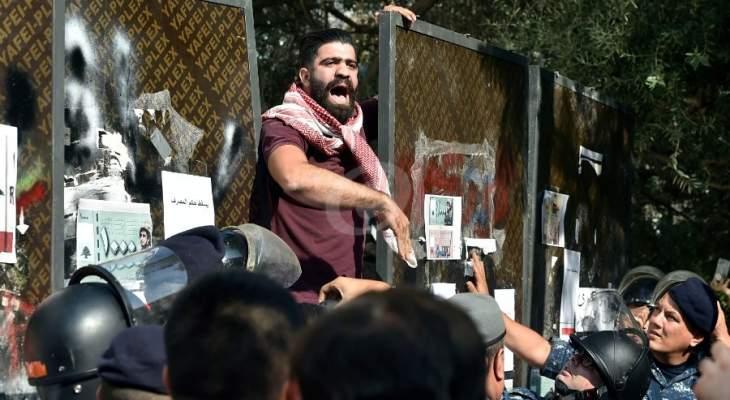 محتجون أمام مصرف لبنان في شارع الحمرا احتجاجا على ارتفاع سعر صرف الدولار