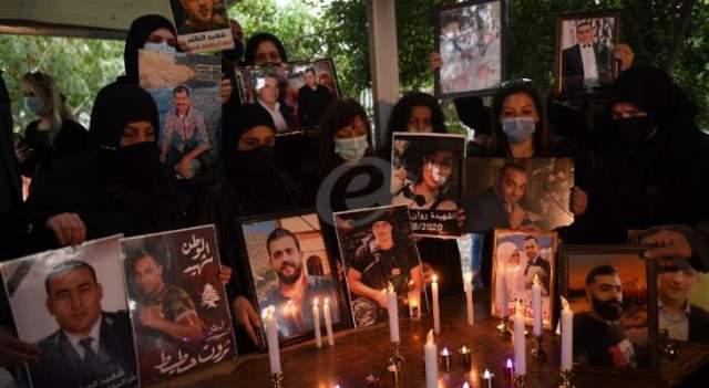 وقفة لأهالي ضحايا انفجار مرفأ بيروت وإضاءة شموع في محيط المرفأ