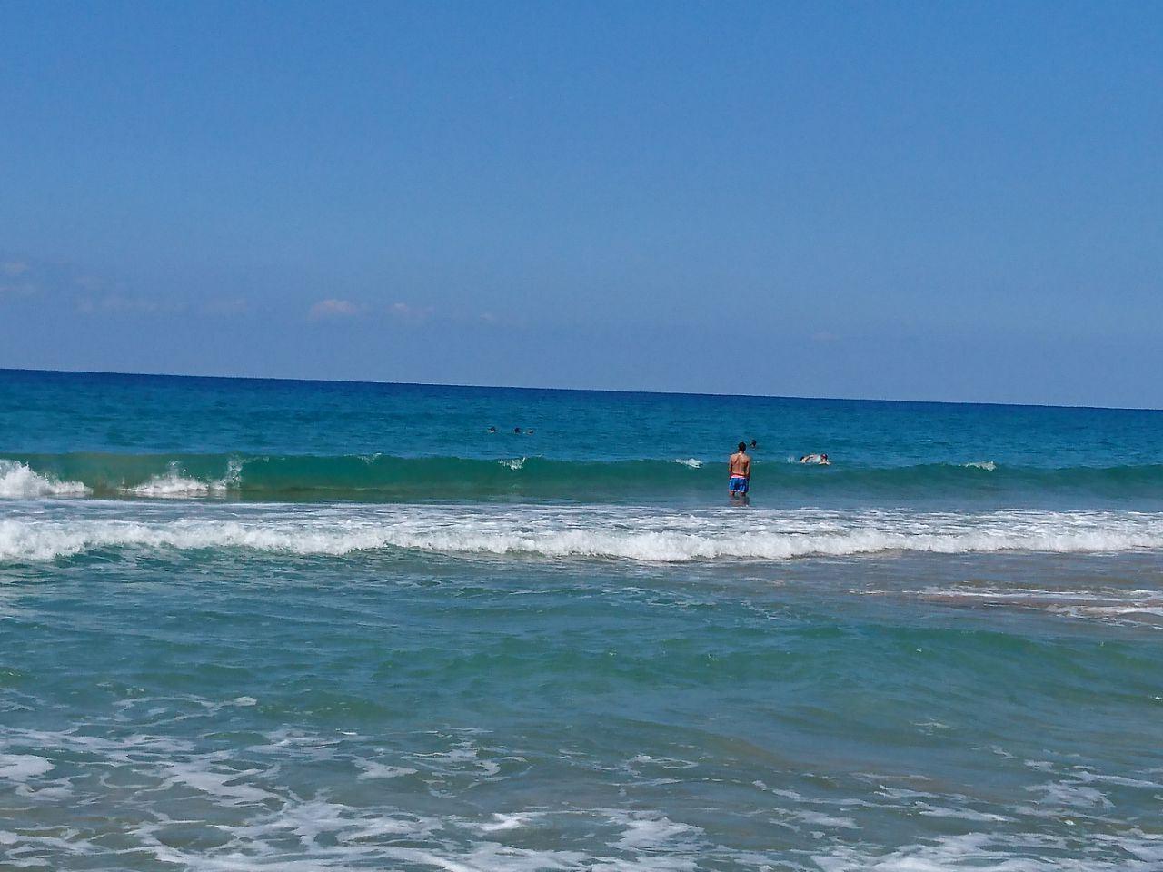 بالصور- إنقاذ أب وابنه من الغرق على شاطئ صيدا