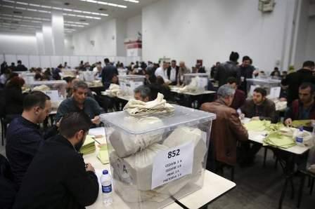 الحزب الجمهوري التركي يطالب بإعادة فرز 60 بالمئة من الأصوات بالاستفتاء