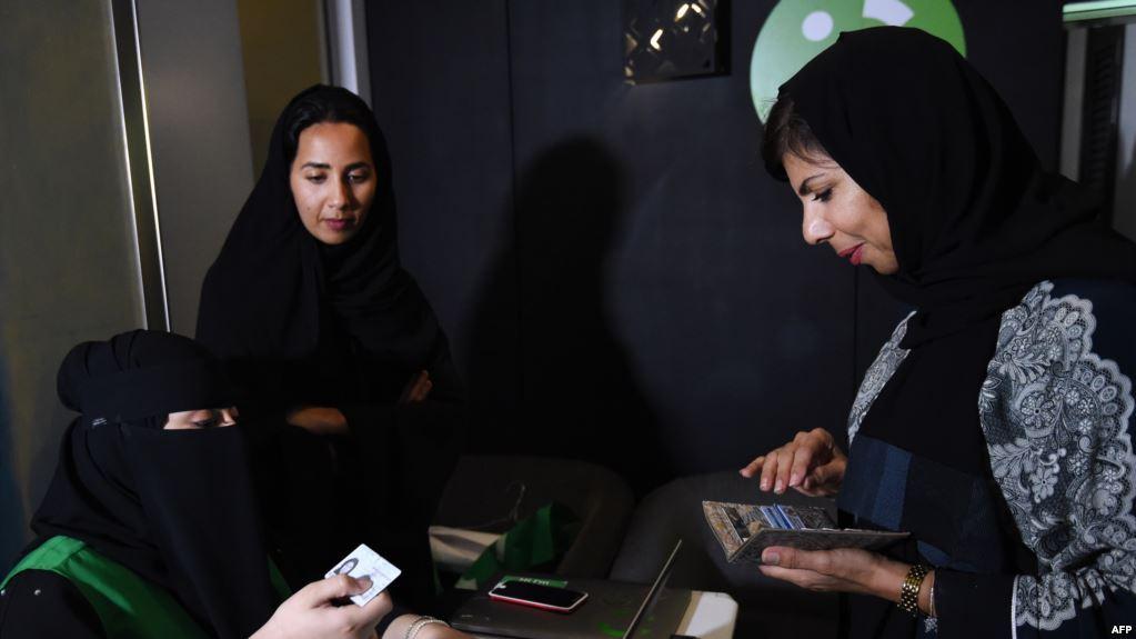 سعوديات يتحضّرن للعمل سائقات أجرة!