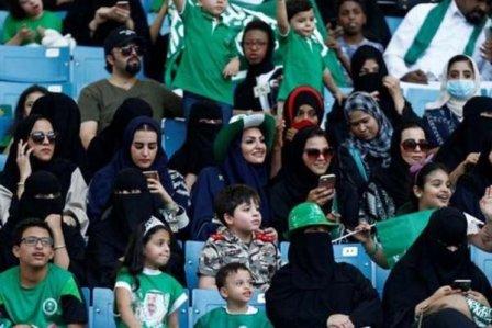بعد القيادة .. السعودية تسمح للنساء بدخول المدرجات!