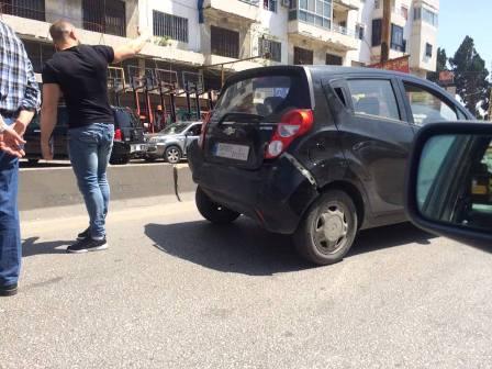 بالصور: جريح في  حادث سير على طريق صيدا -سينيق
