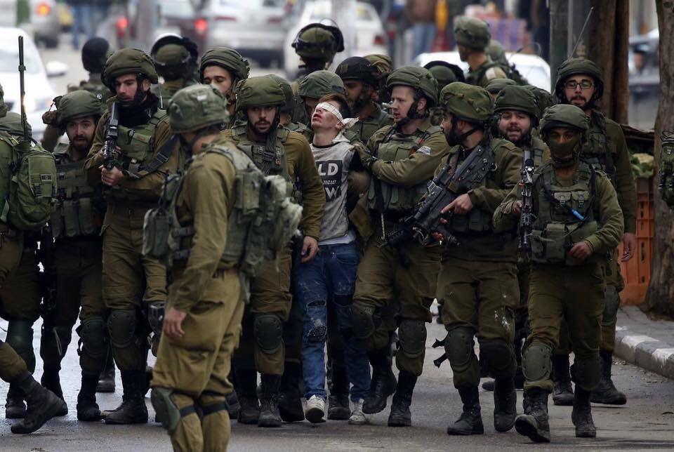 صورة لشاب فلسطيني خلال المواجهات تلقى انتشاراً وتعاطفاً واسعاً