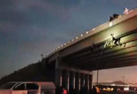 بالصورة- العثور على جثث ستة رجال معلقة على جسور عامة