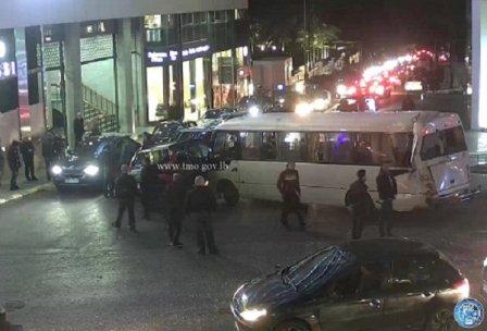 بالصورة: تصادم بين حافلة لنقل الركاب وشاحنة وسيارتين على تقاطع صوفيل - الأشرفية وحركة المرور كثيفة
