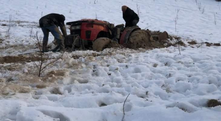 عناصر من الدفاع المدني أنقذوا مواطنين احتُجزوا في أعالي الفرزل بسبب الثلوج