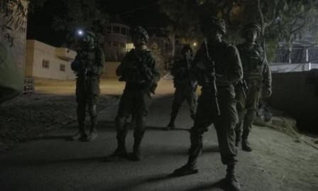 الاحتلال يعتقل 13 فلسطينيا ويستهدف الصيادين بغزة