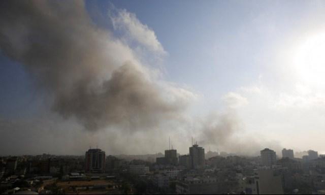 الاحتلال يقصف موقعين بغزة وانطلاق صافرات الإنذار في الغلاف