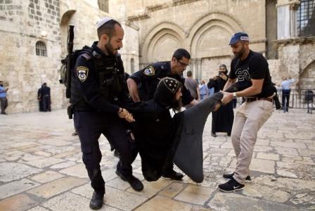 الاحتلال يضرب الرهبان الأقباط في ساحة «القيامة»
