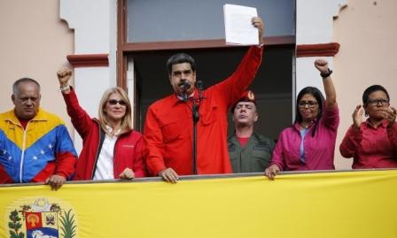آلاف الفنزويليين عبروا إلى كولومبيا طلبا للمؤنة بعد قرار مادورو إعادة فتح الحدود