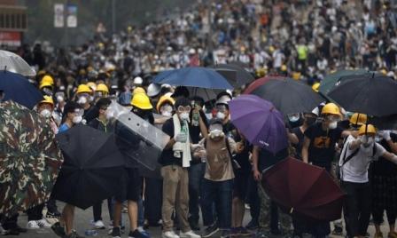شوارع هونغ كونغ مَلأى بالمحتجين: إصابات في قمع الأمن