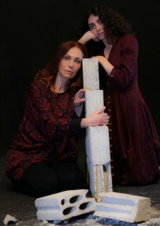 مسرحية تغور في جراح فلسطين: رلى حمادة في مواجهة آن فرانك