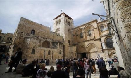 يهودي يقتحم كنيسة القيامة ومستوطنون يقتحمون الأقصى