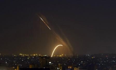 بزعم سقوط قذيفة: الاحتلال يشن غارات على مواقع في غزة