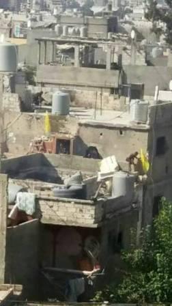 بالصورة: رفع رايات فتح على معاقل الارهابيين في حي الطيرة في مخيم عين الحلوة