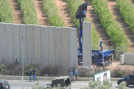 العدو الإسرائيلي يستأنف بناء جدار الفصل على الحدود قبالة كفركلا