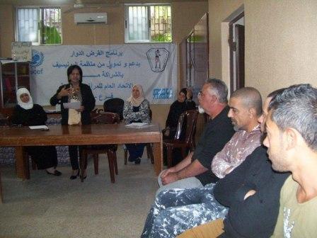 رئيسة اتحاد المرأة الفلسطينية تجتمع بالمقترضين من أصحاب المشاريع الصغيرة في مخيمات صيدا