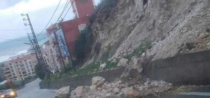 انهيار بعض الصخور والأتربة في منطقة الشرحبيل
