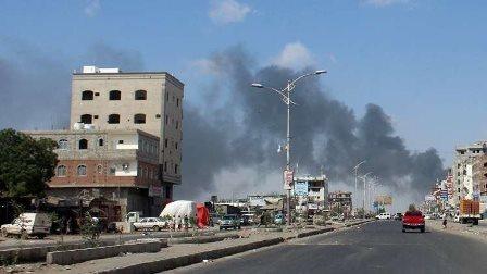 اليمنيون يغلقون شوارع عدن إحتجاجا على انهيار العملة!