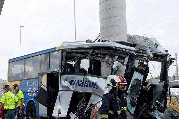 حادث تصادم مروع... عمود يقسم حافلة ركاب إلى نصفين!