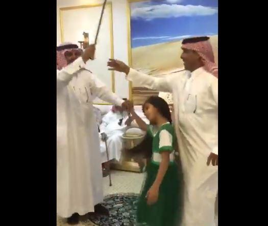طفلة تتعرّض لضربة سيف أثناء احتفالات اليوم الوطني السعودي