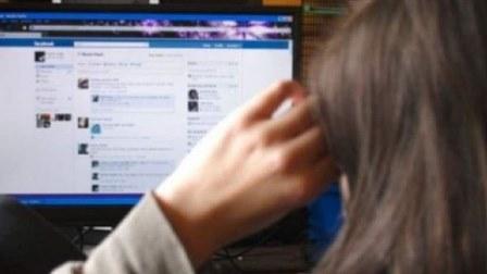 يبتز مواطنين بعد سرقة حسابات فايسبوك عائدة لهم...