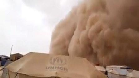 فيديو مرعب لعاصفة رملية تجتاح مخيماً للنازحين السوريين والعراقيين