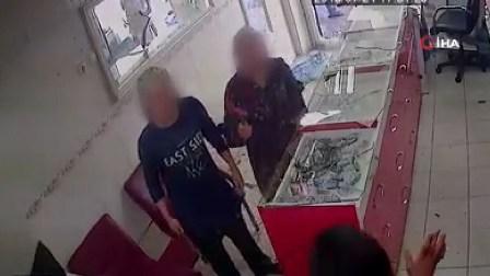 بالفيديو - في تركيا.. هاجمتا محلاً لبيع الهواتف بالمطرقة ودمرتا محتوياته بسبب مشاكل عاطفية