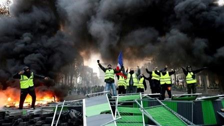 الشانزليزيه يتحول إلى ساحة حرب... ماذا يحصل في باريس؟