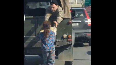 مقطع فيديو يجتاح مواقع التواصل.. تصرف إنساني من جندي في الجيش اللبناني تجاه طفلة متسولة