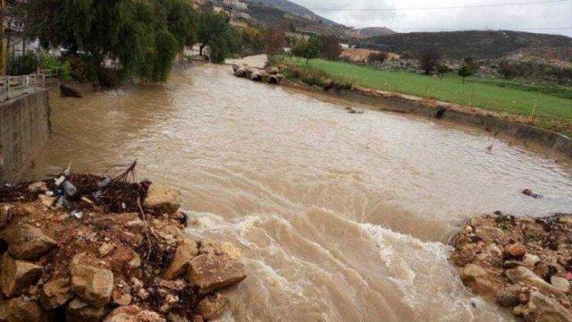 مياه نهر الليطاني ترتفع وتجتاح عدداً من خيم النازحين السوريين!