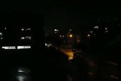 لحظة دوي صافرات الإنذار وانفجار الصواريخ في محيط تل أبيب!