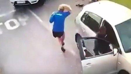 بالفيديو: لصّان يجران فتاة من شعرها لسرقة سيارتها في وضح النهار!