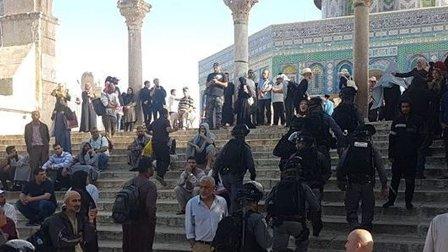جنود ومستوطنون يقتحمون المسجد الأقصى ويعتدون على المعتكفين داخله