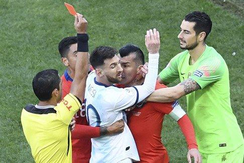 بالفيديو… طرد ميسي بعد دخوله في عراك مع لاعب منتخب تشيلي!