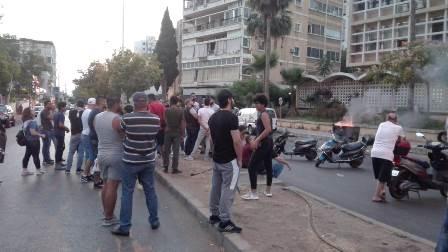 اعتصام وقطع الطريق امام مؤسسة الكهرباء في صيدا