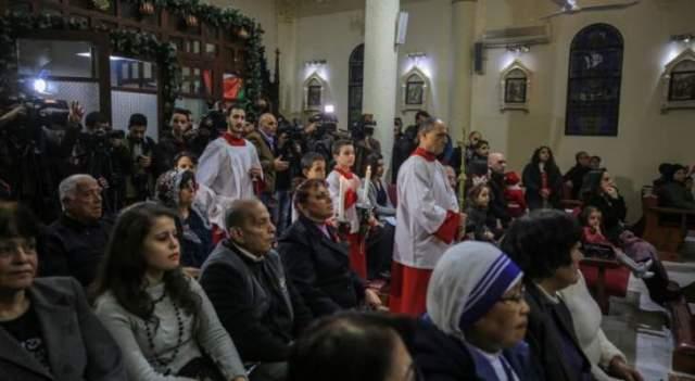 مسيحيو غزة يحتفلون بعيد الميلاد بقداس في كنيسة