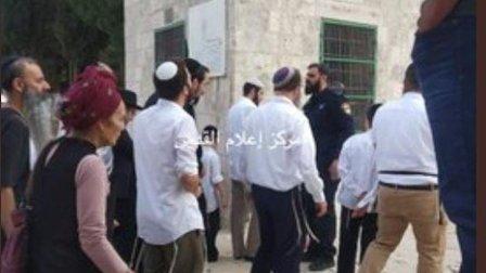 مستوطنون يقتحمون باحات المسجد الأقصى في القدس بحماية قوات الاحتلال الاسرائيلية