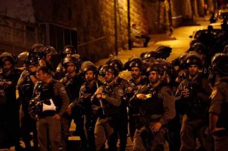 القوات الاسرائيلية تهاجم المصلين بالقرب من باب الأسباط في المسجد الأقصى